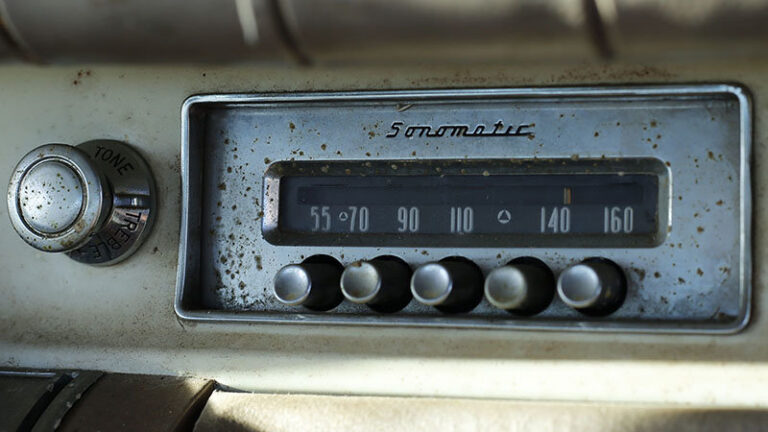 pic of a vintage car radio